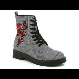 🔥NEW! Plaid Combat Boot w/ Floral accent!